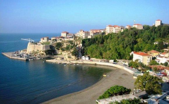 Начало пляжа и крепость