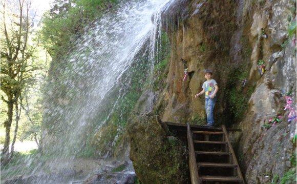 Очередной водопад по дороге на